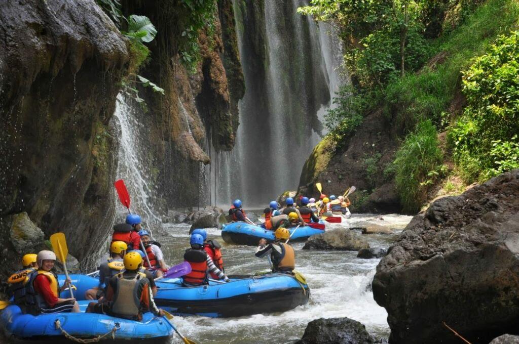 Para Pengunjung Songa Adventure Siap Mengarungi Jeram Sungai Pekalen